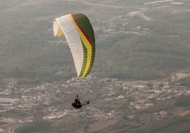 在山的滑翔伞飞行 免版税库存照片