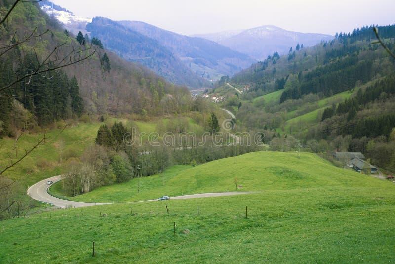 在山的延长谷与弯曲道路 免版税库存照片