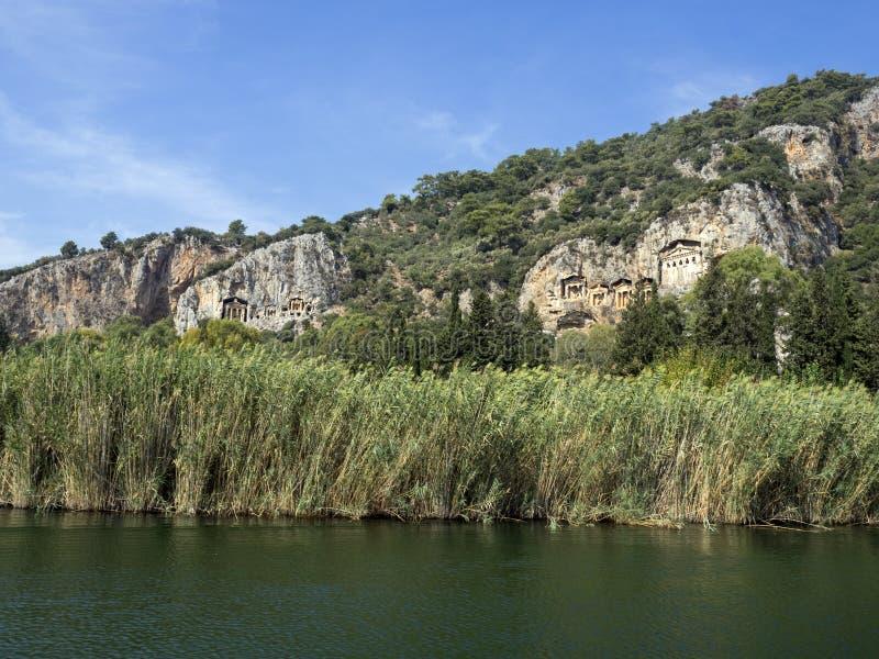 在山的Lycian坟茔在Dalyan河 免版税库存照片