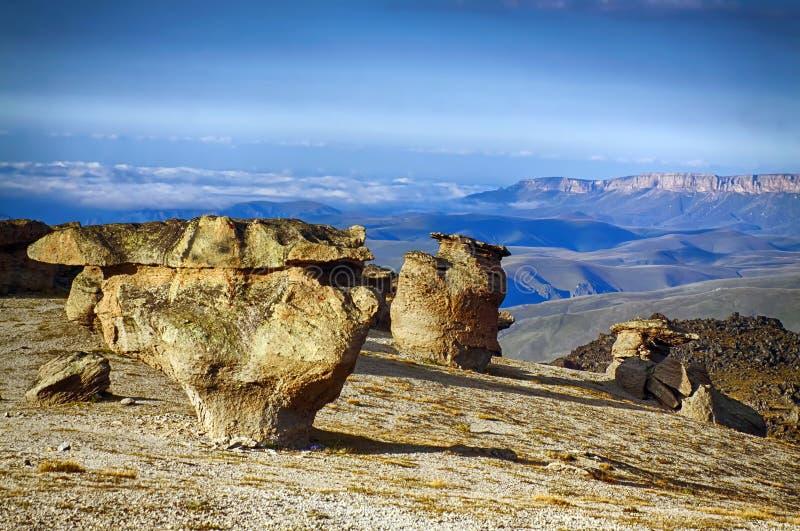 在山背景的非凡奇怪的石头 免版税库存照片