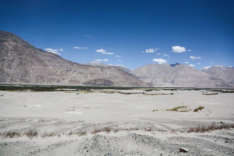 在山脉中的沙漠 图库摄影