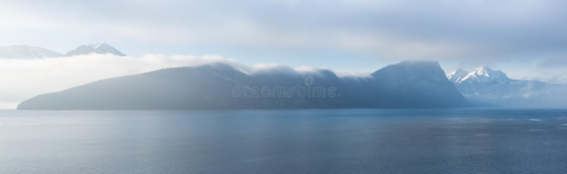 在山脉的云彩 在雪的顶面Pilatus 免版税库存照片