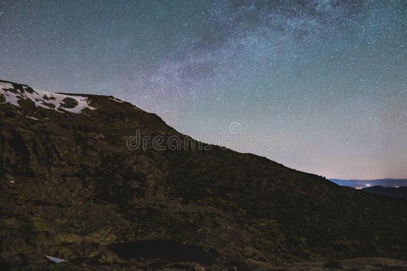 在山脉de马德里上的银河 免版税库存图片