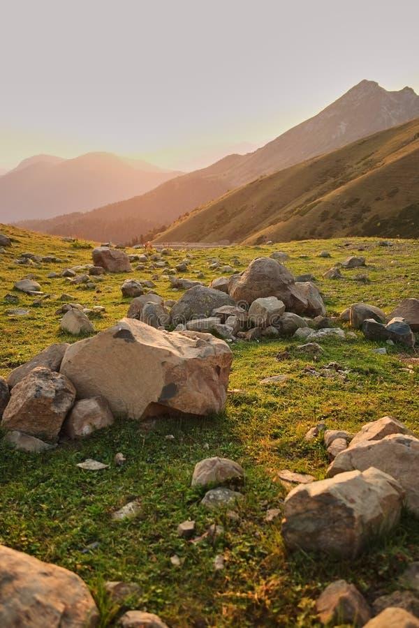 在山草甸的大石英岩石 在山的日落 美好的gony背景 库存照片
