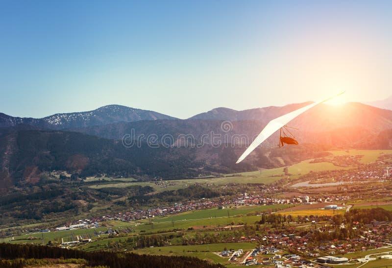 在山谷的吊滑翔机飞行 免版税库存图片