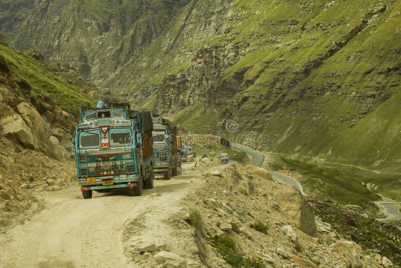 在山路的印地安卡车 免版税图库摄影