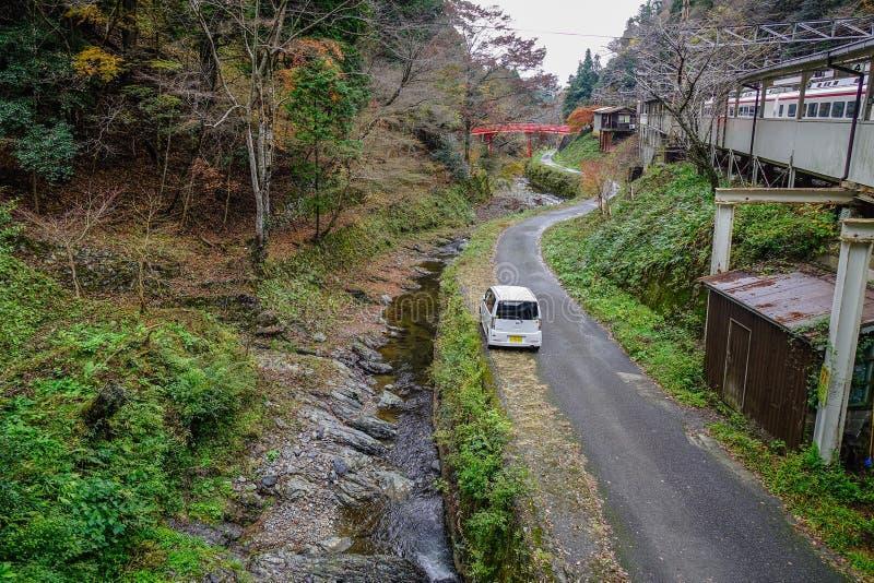 在山路的汽车 免版税库存图片