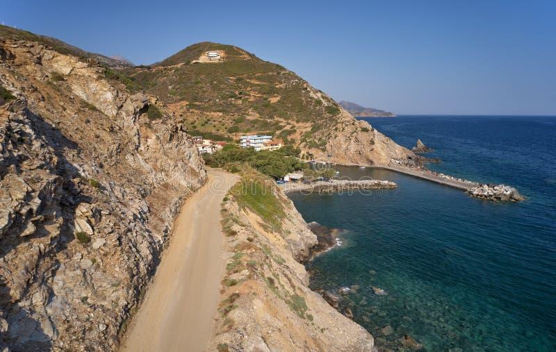 在山路的鸟瞰图向克里特岛村庄Almirida和Mediterannean海 克利特,希腊 免版税库存图片