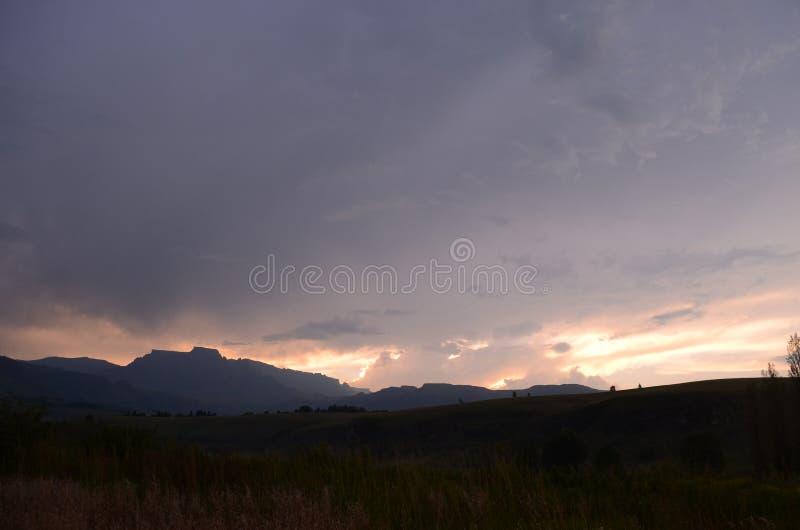 在山辉煌的日落 库存照片