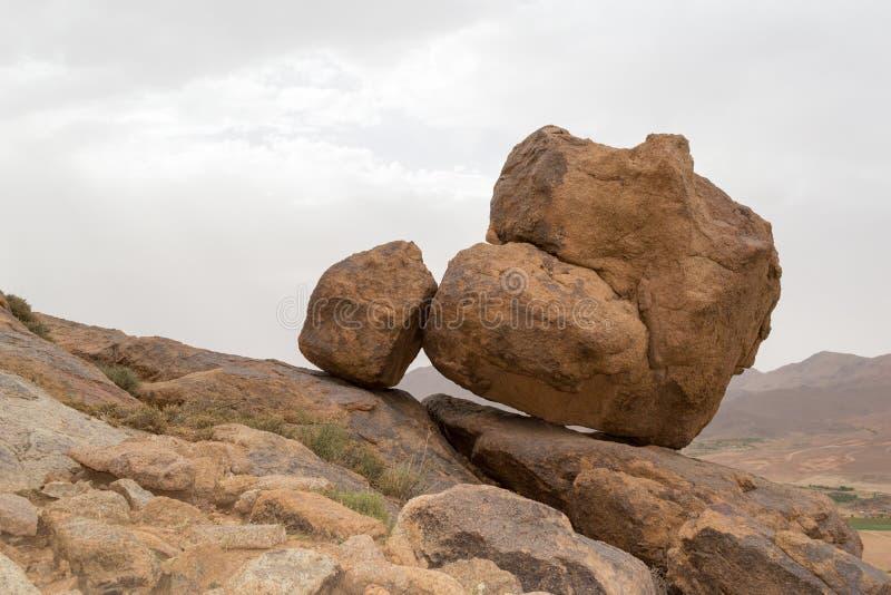 在山边缘的两个大岩石 免版税库存图片