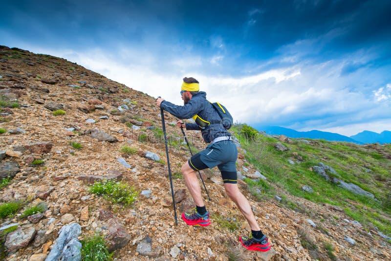 在山运动员的足迹在训练期间 库存图片