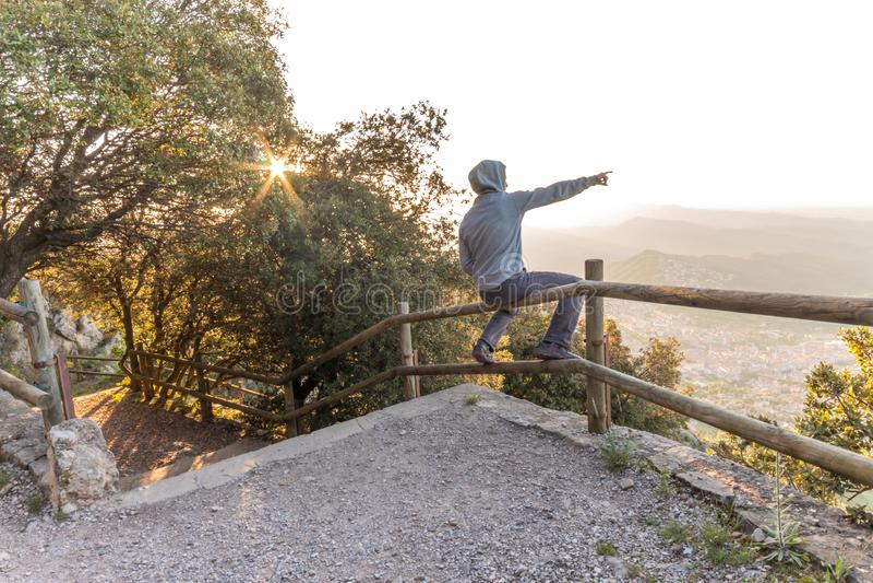 在山长凳的人俯视的吻合风景  免版税图库摄影