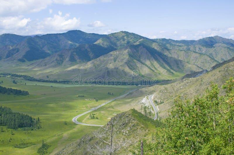在山阿尔泰的通行证一个美好的风景 免版税库存图片