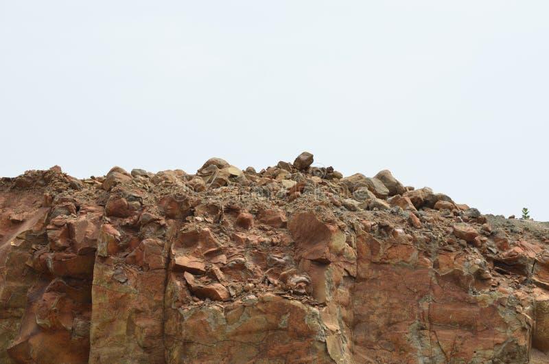 在山附近的布朗岩石 免版税图库摄影