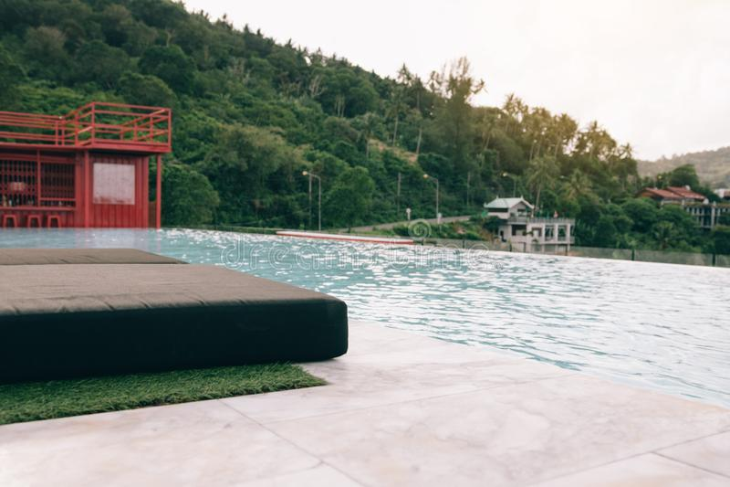 在山附近的游泳场 免版税库存照片