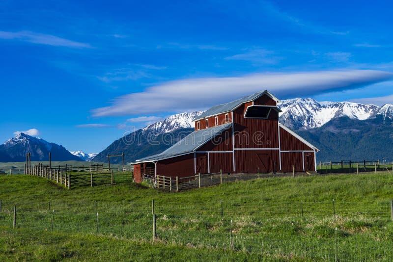 在山附近的红色谷仓在东俄勒冈 免版税库存图片