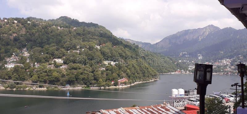 在山附近的美丽的湖 天堂在印度 免版税库存图片