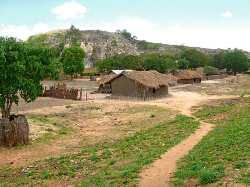 在山附近的非洲村庄。  库存图片