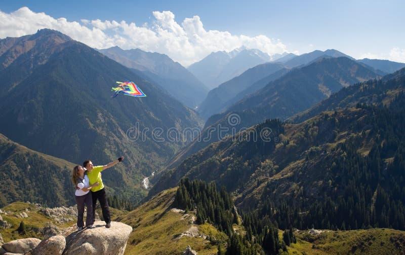 在山顶的思考的夫妇 库存照片