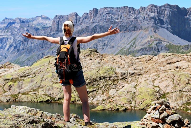 在山顶的成功妇女到达的目标在夏慕尼 免版税库存图片