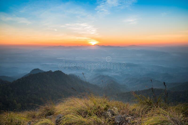 在山顶的日落 免版税库存照片