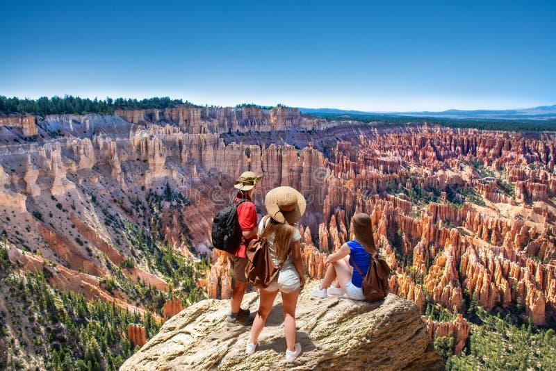在山顶部的家庭一起享受时间的,看美丽的景色 免版税库存照片