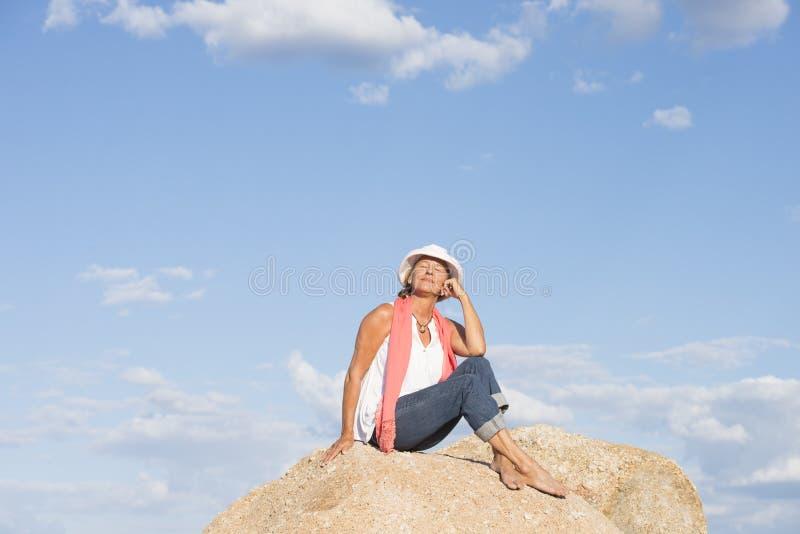 在山顶部的愉快的轻松的妇女 免版税库存图片