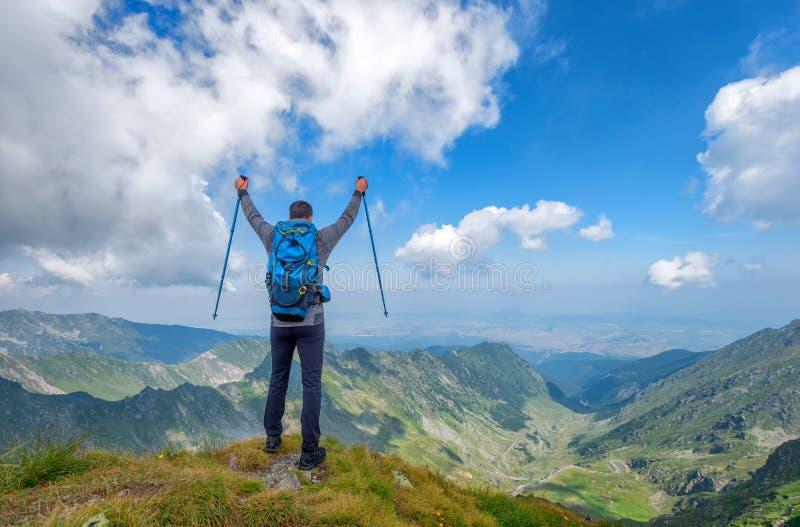 在山顶部的成功的活跃人徒步旅行者享受看法的 r 库存图片