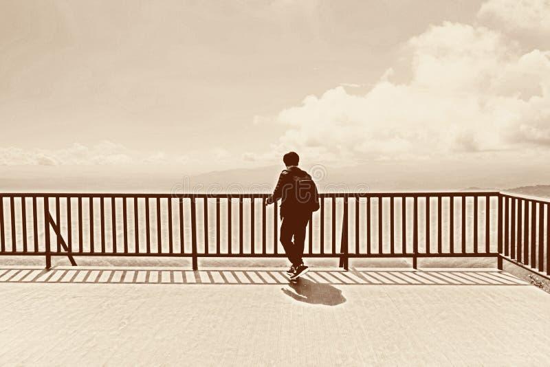 在山顶部的独奏背包徒步旅行者 免版税库存照片