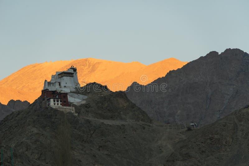 在山顶部的西藏stupa 库存照片