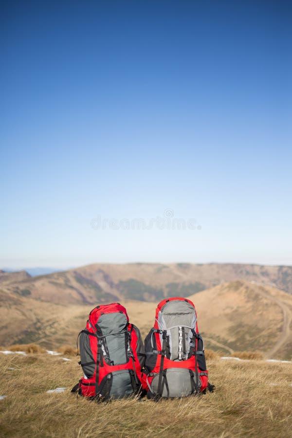 Download 在山顶部的野营的元素设备 库存图片. 图片 包括有 鞋类, 阵营, 皮箱, 后面架靠背, 底板, 活动家 - 62537559