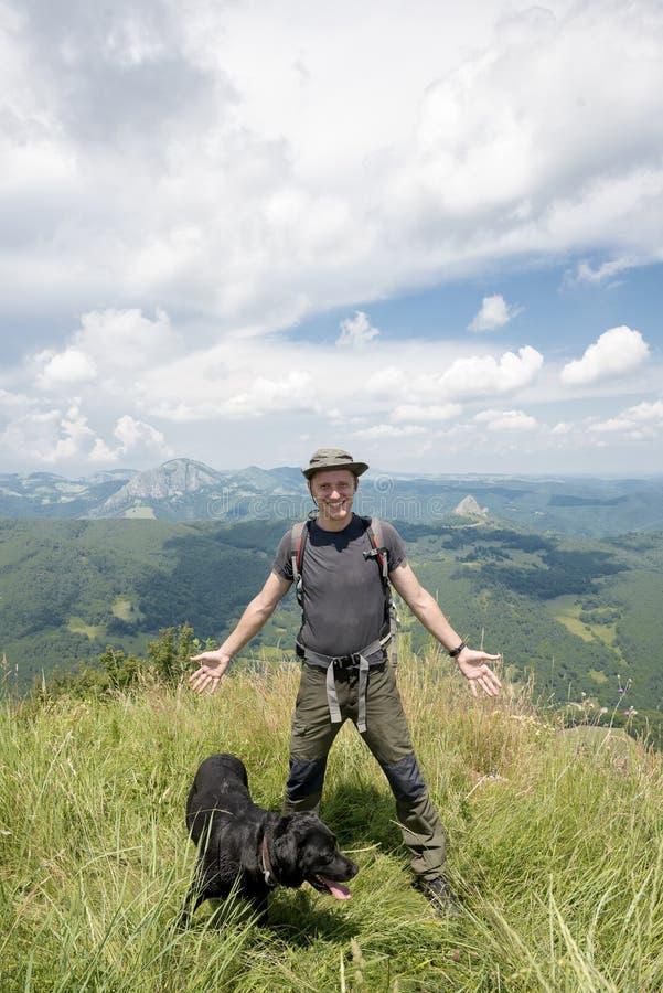 在山顶部的年轻人 免版税图库摄影