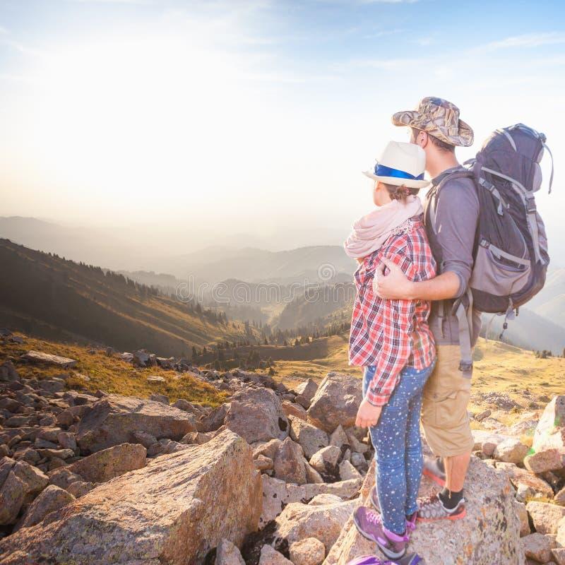 在山顶顶部的上升的年轻夫妇有鸟瞰图 免版税库存照片