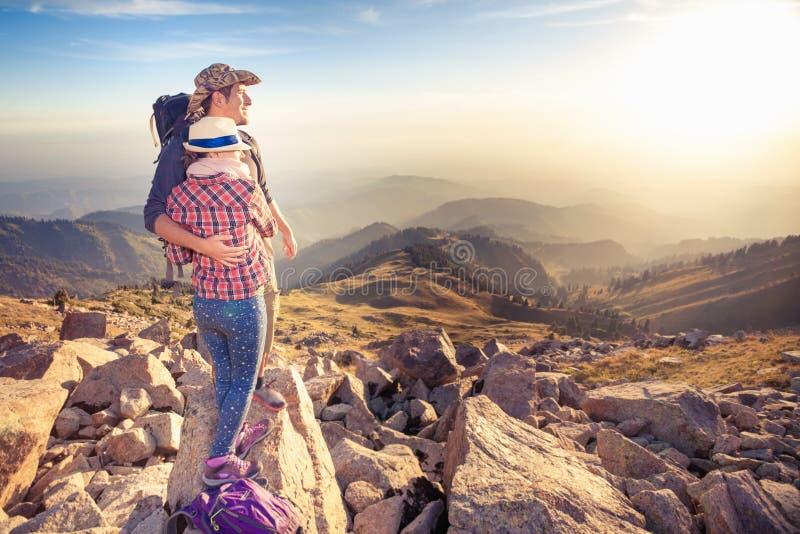 在山顶顶部的上升的年轻夫妇有鸟瞰图 图库摄影