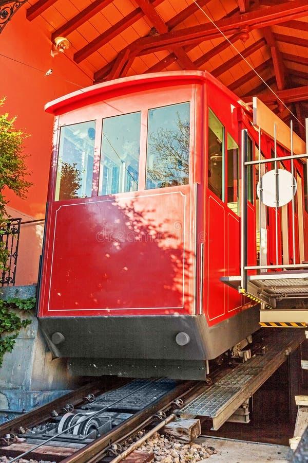 在山顶驻地的红色缆车 免版税图库摄影