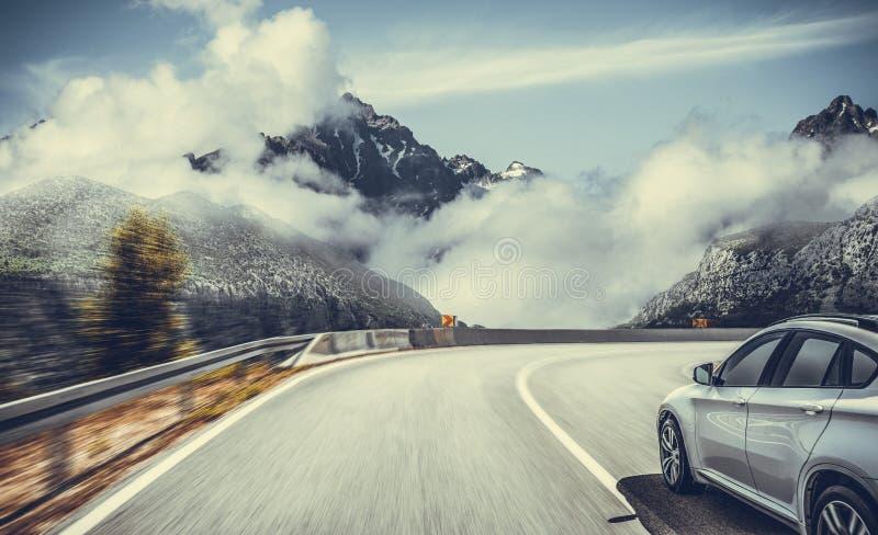 在山风景中的高速公路 在山路的白色汽车 免版税库存照片