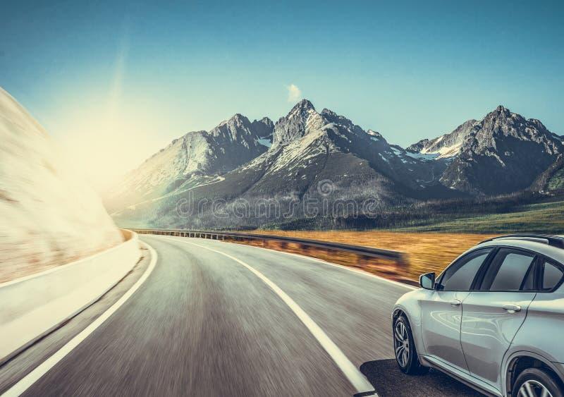 在山风景中的高速公路 在山路的白色汽车 库存图片