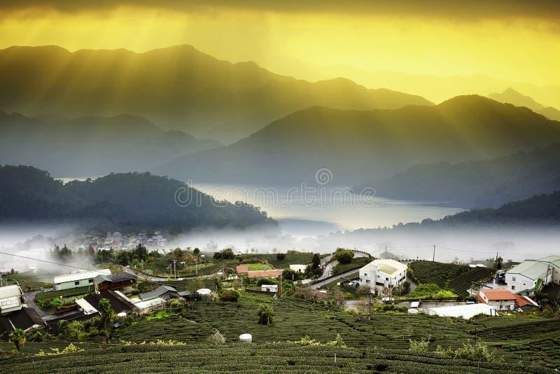 在山风景的日落与好的sunligh 免版税库存图片