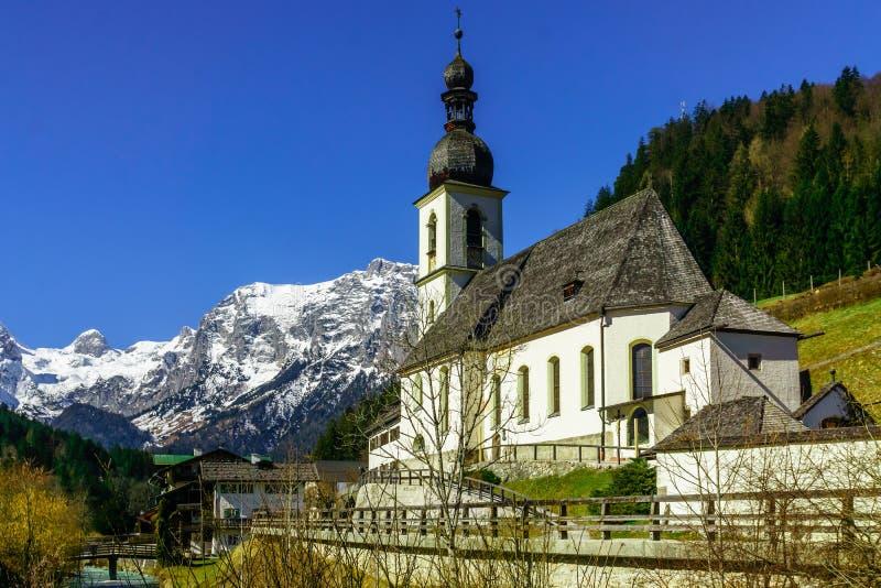 在山风景的看法和教会Ramsau在巴伐利亚 库存图片