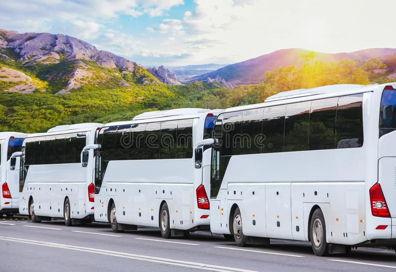 在山风景的背景的游览车 免版税库存图片
