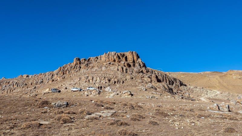 在山高原的SUVs 免版税图库摄影