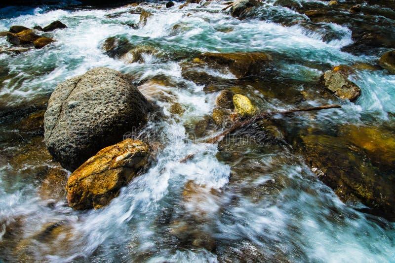 在山洪流的大瀑布 库存照片