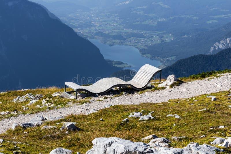 在山Dachstein Krippenstein的躺椅在奥地利 免版税库存图片