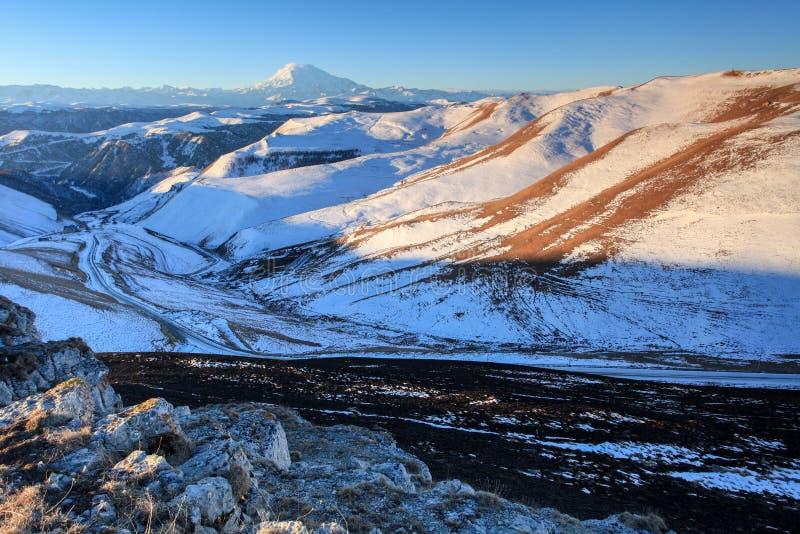 在山Elbrus,北高加索,俄罗斯的日出 免版税库存照片