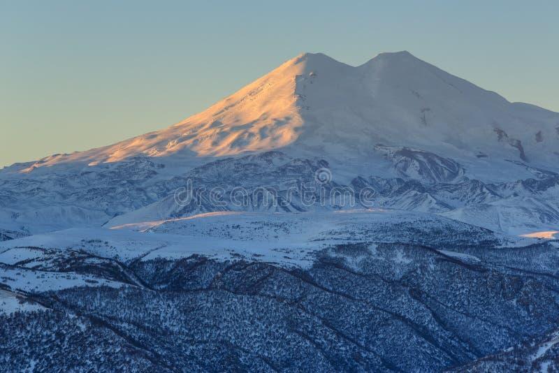 在山Elbrus,北高加索,俄罗斯的日出 免版税库存图片