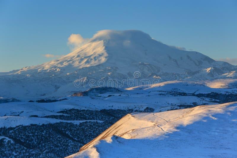 在山Elbrus,北高加索,俄罗斯的日出 图库摄影
