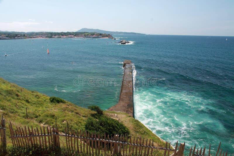 在山jaizkibel和海湾的看法与saint jean de luz防堤  库存照片