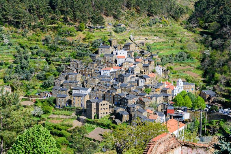 在山serra da estrela的Piodao在葡萄牙 免版税库存图片