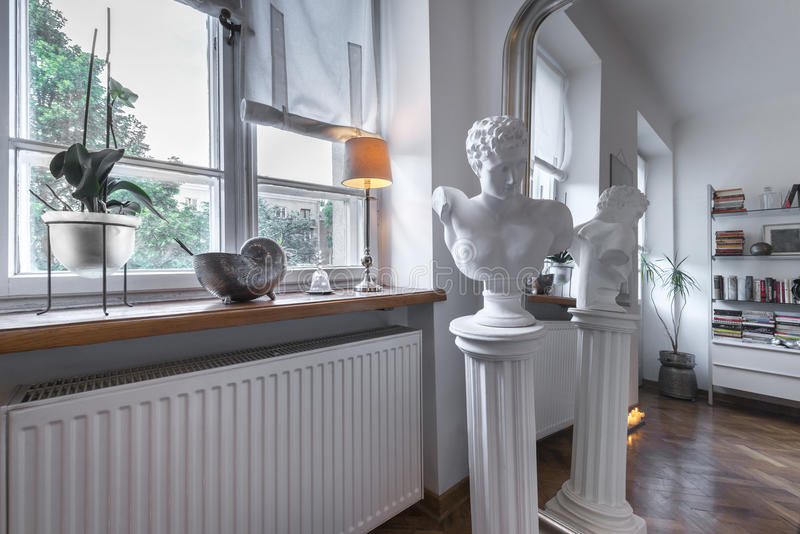 在岗位现代内部的古色古香的雕塑 图库摄影