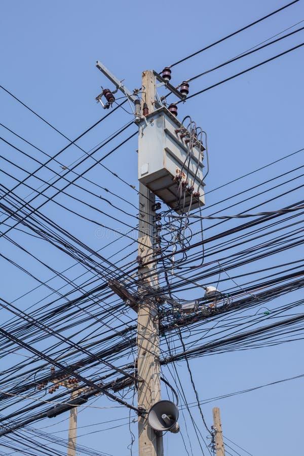 在岗位的交叉点使电缆复杂化 库存照片